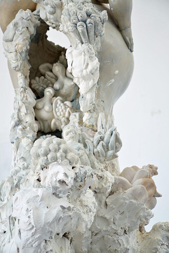 miriamlenk madame collage 2017 eine 104cm hohe collage aus dem fragment einer weiblichen figur aus kreamik und kleineren gipsfragmenten von metamorphen figuren zwischen frau, pflanze und tier.rückansicht