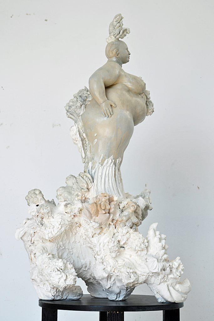 miriamlenk madame collage 2017 eine 104cm hohe collage aus dem fragment einer weiblichen figur aus kreamik und kleineren gipsfragmenten von metamorphen figuren zwischen frau, pflanze und tier