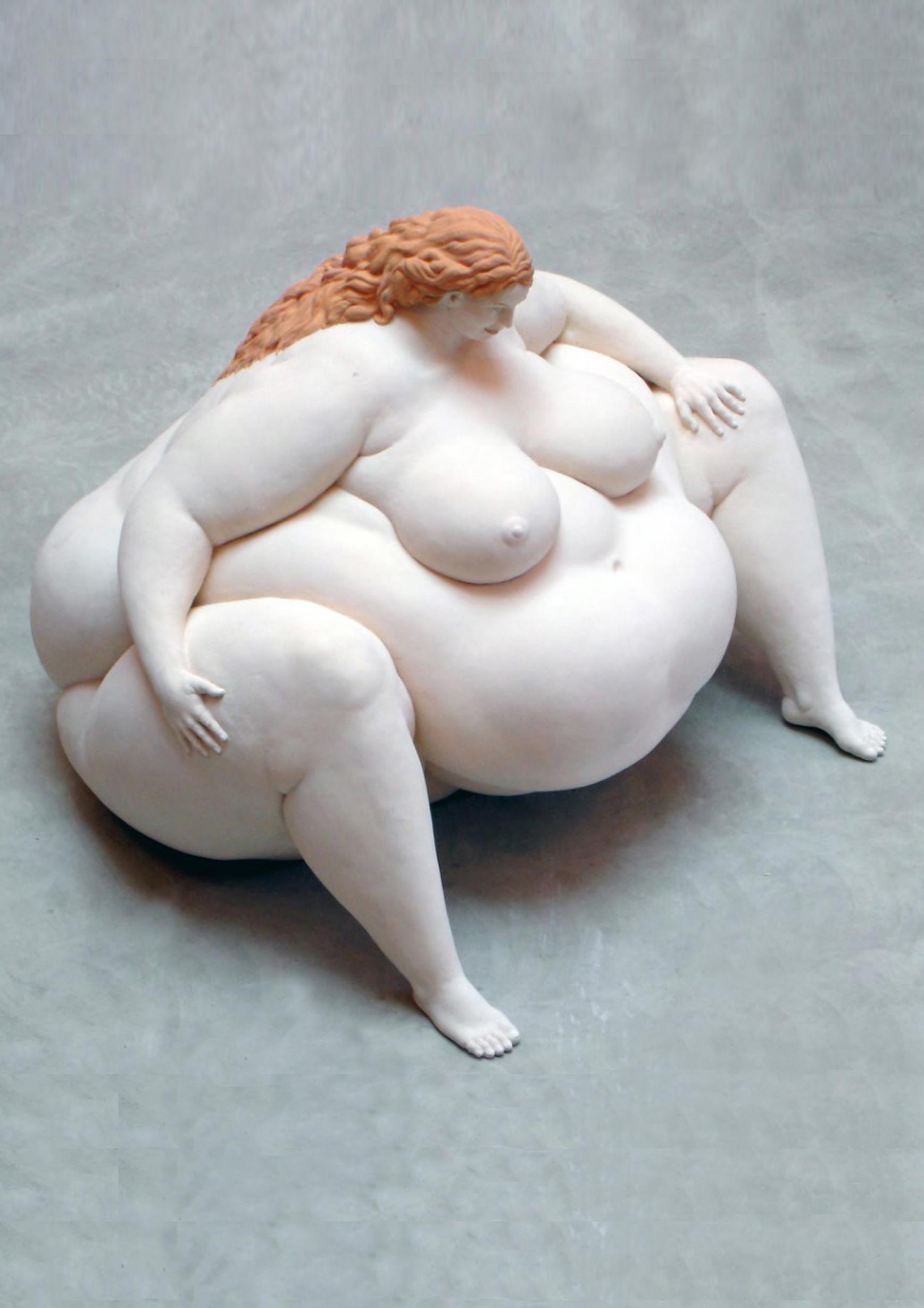 Eine Frau mit riesigem Bauch und kleinen Gliedmassen und zierlichem madonnenhaftem Kopf. Sie sitzt breitbeinig auf dem Boden, die Körperhaltung herausfordernd, das Gesicht freundlich und versonnen. Zart rosa Patina mit hellroten Haaren