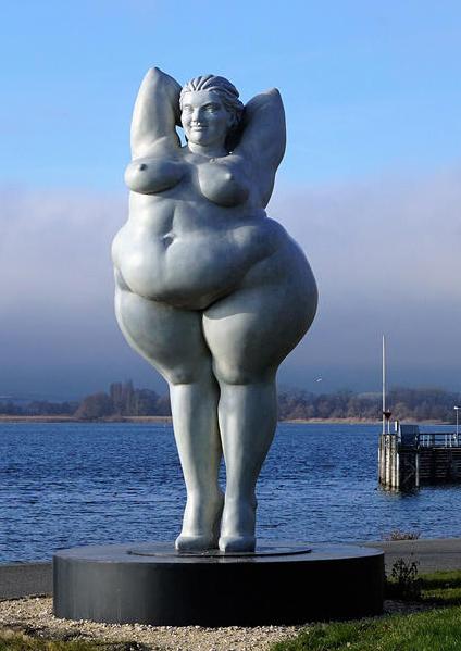 grosse stehende üppige Frauenskulptur aus Epoxidharz in den Uferanlagen Ludwigshafen