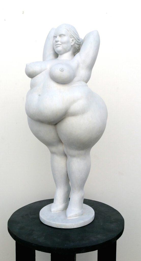 yolanda edition in 64cm höhe. Frauenfigur weiss eine sehrüppige frau steht hoch aufgerichtet und mit hinter dem kopf verschränkten armen auf hohen schuhen.ihre haltung ist selbstbewusst und einladend.eine gallionsfigur für alle frauen, die sich zu dick, zu laut oder zu anders fühlen