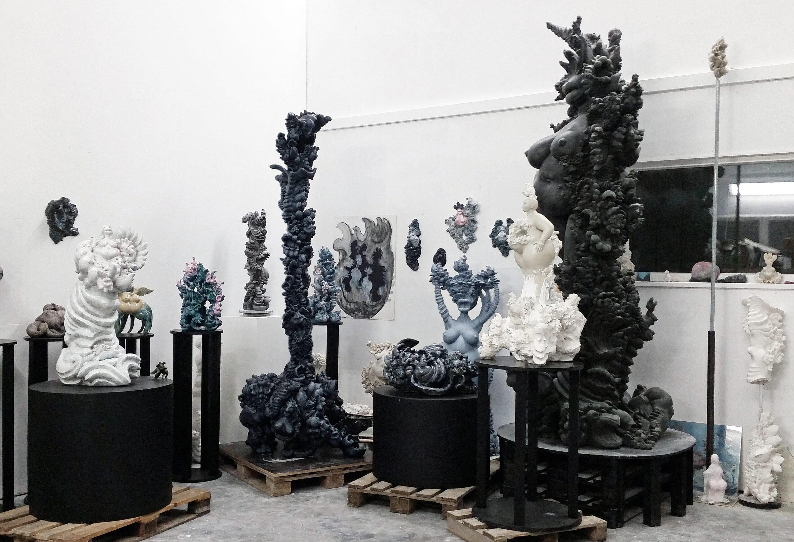 miriam lenk studio gesamtansicht mit skulpturen janusfee, göttin, die zweite säule bronze, epoxidharz, keramik