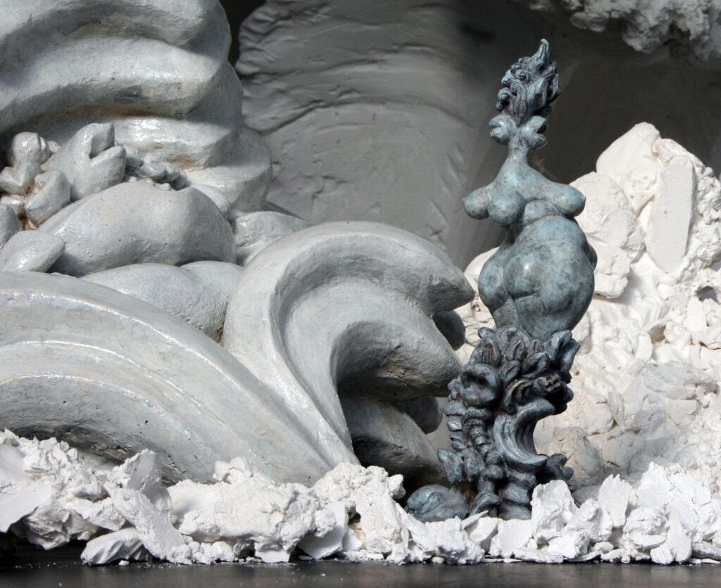 bronzemodell der janusfee vor gipefragmenten und einer grossen keramik
