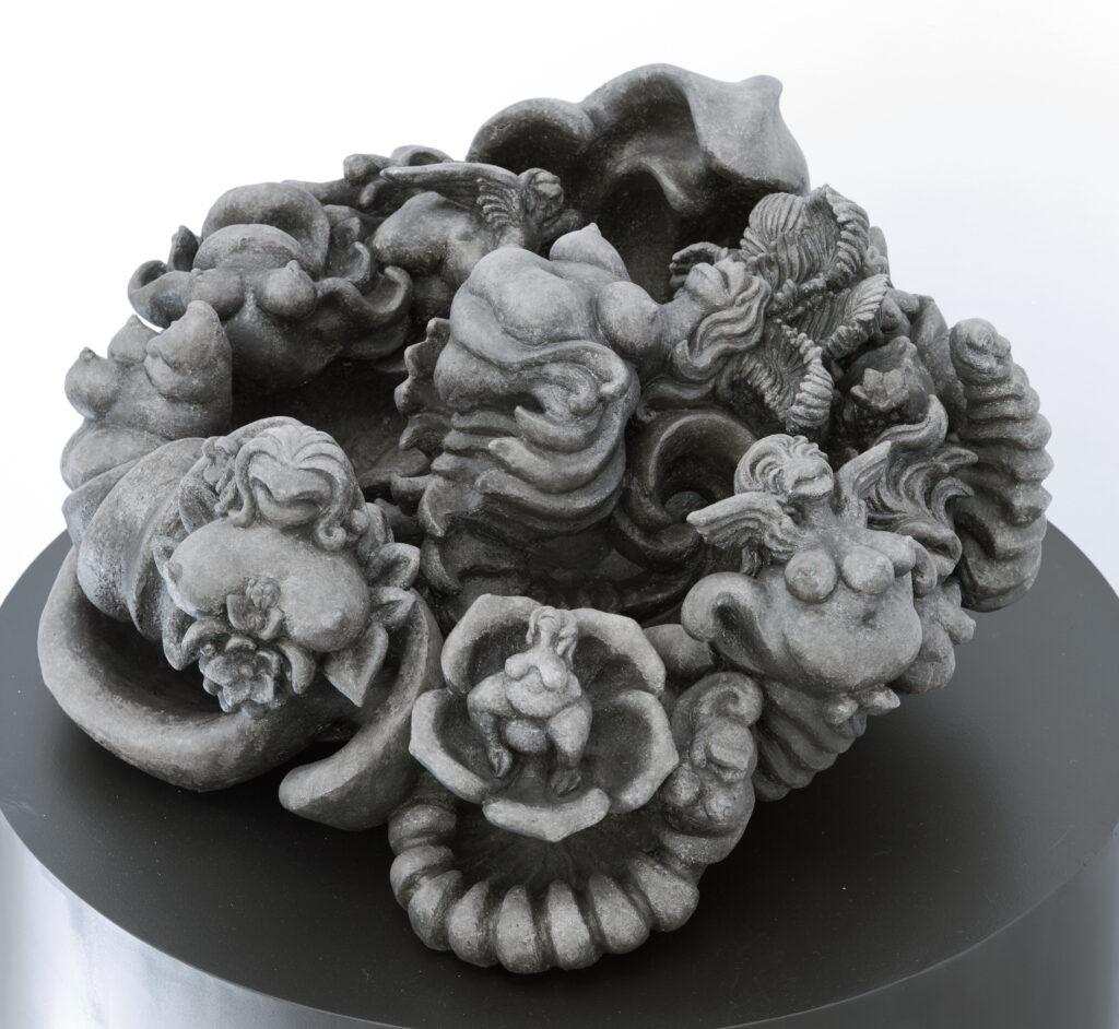 keramik aus vielen einzelfiguren weibliche körper und mischwesen aus frau, fisch, pflanze und vogel